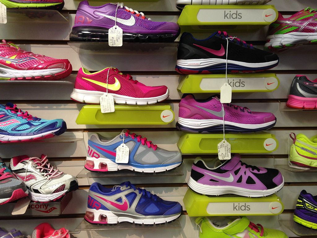 Running_shoes_display
